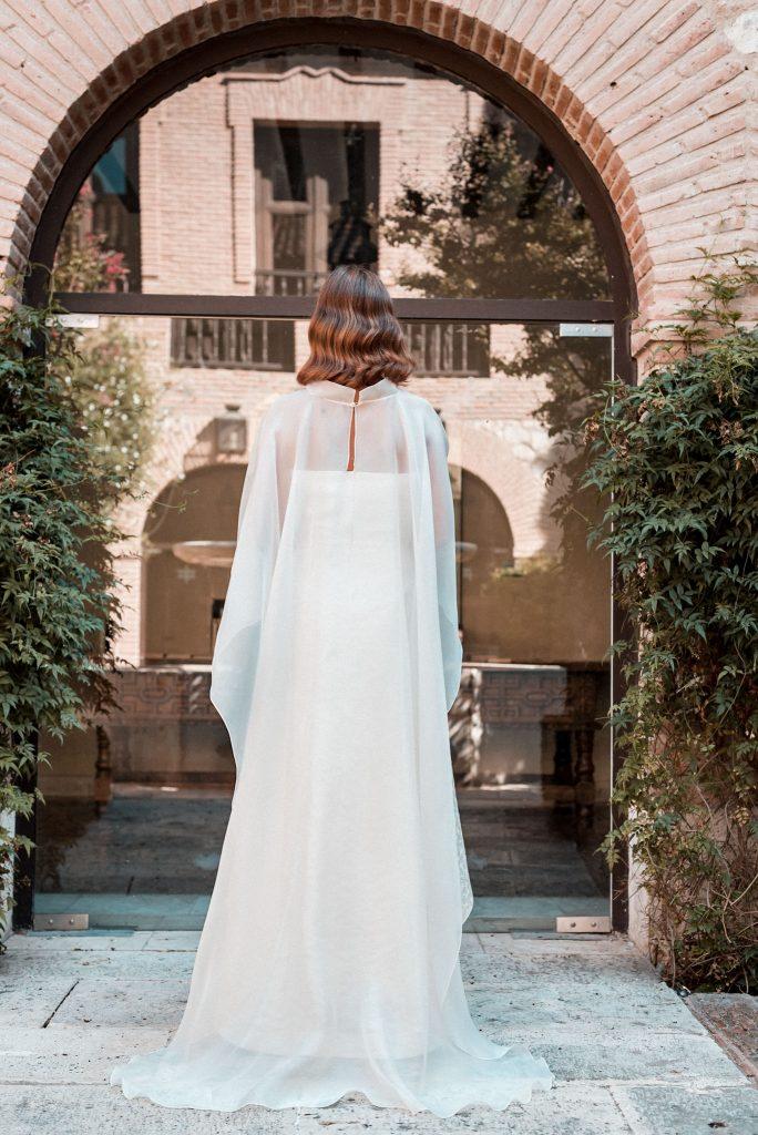 Foto capa de organza sobre vestido mullet de María Gadea Atelier